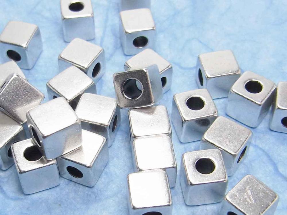 Feine Metallperlen, Würfel, 4x4 mm, versilbert, 10 Stück<br /><span>ab</span> 1,00 &euro;